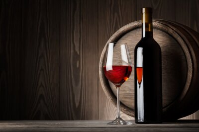 Bild Rotwein im Glas mit Flasche