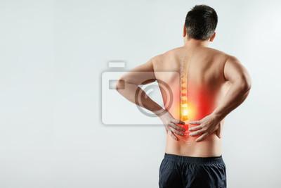 Bild Rückansicht, der Mann hält seine Hände hinter dem Rücken, Schmerzen im Rücken, Schmerzen in der Wirbelsäule, rot markiert. Heller Hintergrund. Das Konzept der Medizin, Massage, Physiotherapie, Gesundh