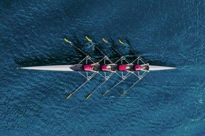 Bild Rudersportteam der Frauen auf blauem Wasser