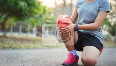 Bild runer woman with knee injury and pain