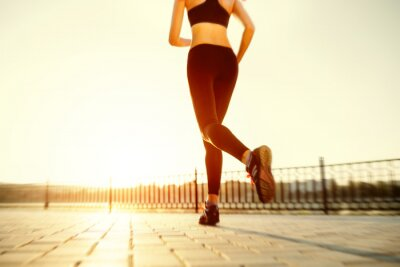 Bild Runner Füße auf der Straße Nahaufnahme auf Schuh läuft. Frau Fitness sunri