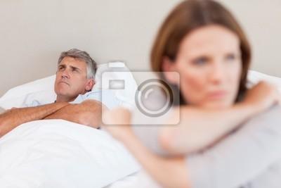 Sad Mann im Bett mit seiner Frau in den Vordergrund