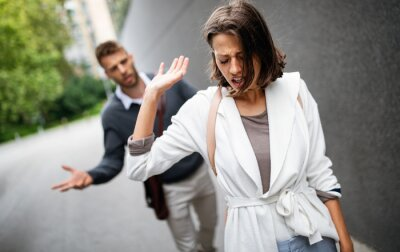 Bild Sad young woman and man outdoor on street having relationship problems