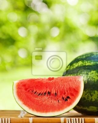 Saftige Wassermelone gegen natürlichen Hintergrund