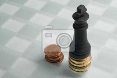 Schach und Münzen auf einem Schachbrett.