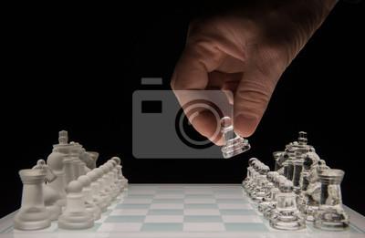 Bild Schachspieler macht den ersten Schritt