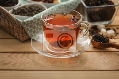 Bild Schale heißer aromatischer Tee auf Holztisch