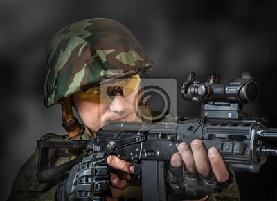Scharfschütze mit dem Ziel ein Maschinengewehr