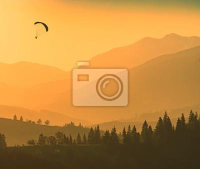 Schattenbild des Fliegengleitschirmes über den Bergen