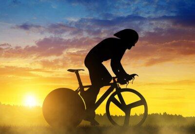 Bild Schattenbild eines Radfahrers auf einem Rennrad der Straße bei Sonnenuntergang.