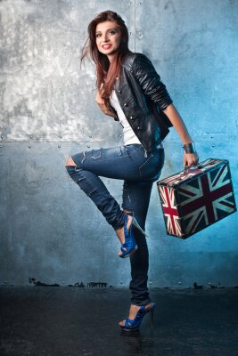 Bild Schaukeln junge Frau mit Koffer mit britischer Flagge