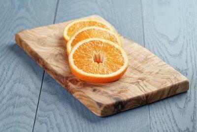 Bild Scheiben von reifen Orangen auf Oliven Schneidebrett, shallow focus