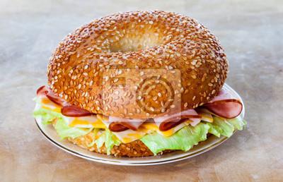 Schinken und Käse Bagel Sandwich auf einer Platte
