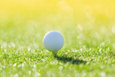 Schließen Sie oben vom Golfball auf T-Stück