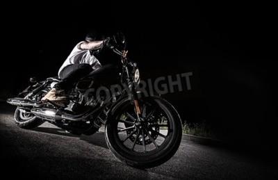 Bild Schließen Sie oben von einem Motorrad der hohen Leistung nachts, Zerhacker.