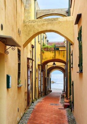 Bild Schmale Straße zum Mittelmeer in der Altstadt Varig