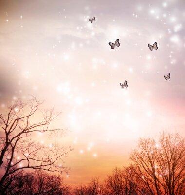 Schmetterlinge auf rotem Hintergrund Bäume