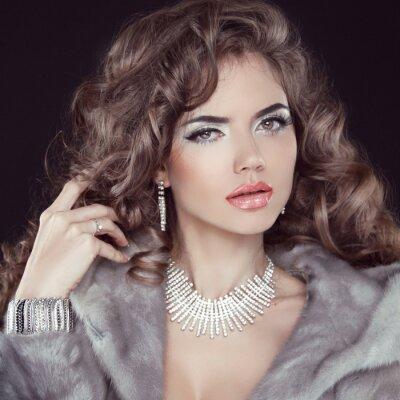 Bild Schmuck und Mode elegante Dame. Schöne Frau trägt in Lux