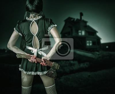 Schmutzige Frau steht wieder im Besitz einer blutigen Axt
