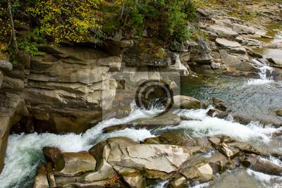 Schnell fließenden Fluss in der schönen, felsigen Schlucht