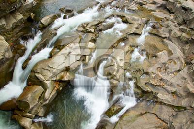 Schnell fließenden Fluss schaffen komplizierte Muster aus Stein