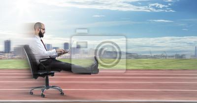 Bild Schnelle Business - Geschäftsmann sitzt mit Laptop läuft auf dem richtigen Weg