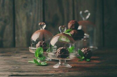 Bild Schokolade Bonbons mit Nüssen, Minze und Kakao auf dem Vintage-Tisch