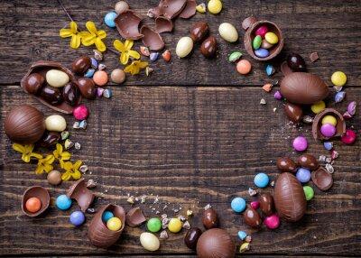 Bild Schokolade Ostereier und Süßigkeiten auf Holzuntergrund