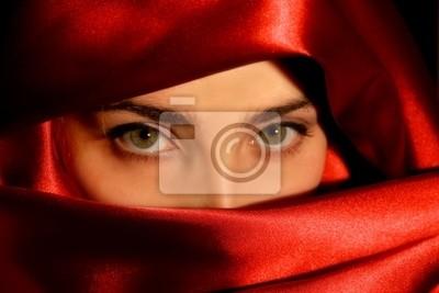 Schöne arabische Frau in einem Luxus-Satin