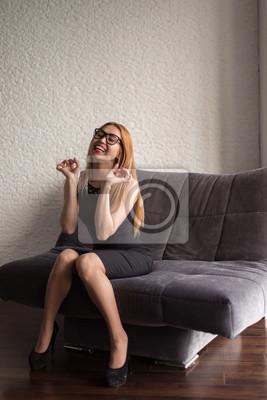 Bild Schöne asiatische Frau entspannt im Zimmer