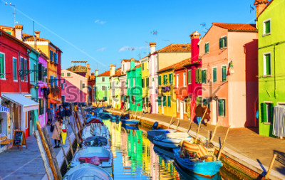 Bild Schöne Aussicht auf die Kanäle von Burano mit Booten und schönen, farbenfrohen Gebäuden. Das Dorf Burano ist berühmt für seine farbenfrohen Häuser. Venedig, Italien.