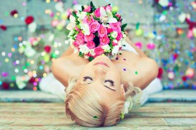 Bild Schöne blonde Braut mit einem Blumenstrauß