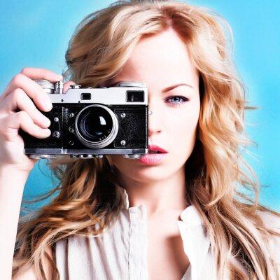 Bild schöne blonde Frau mit Fotograf Retro-Kamera