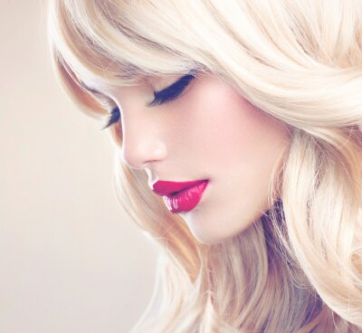Bild Schöne blonde Mädchen mit Healthy Long Wavy Hair. Weißes Haar