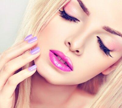 Bild Schöne blonde Mädchen mit lila Make-up