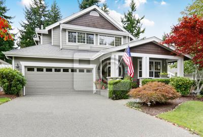 Bild Schöne Bordstein Attraktivität von grauem Haus mit überdachter Veranda und Garage