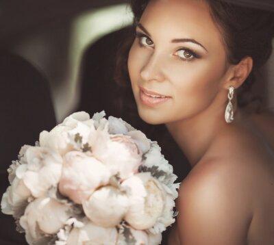 Bild Schöne Braut in der Hochzeitstages im Brautkleid. frisch verheirateten Frau