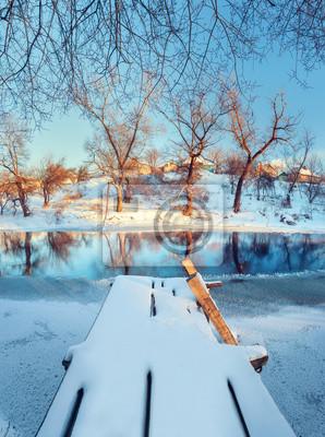 Schöne Brücke. Winter Sonnenuntergang am Fluss Krinka