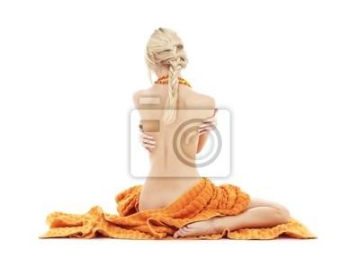 schöne Dame mit orange Handtücher über weiße