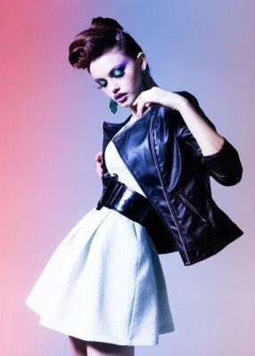Bild schöne Frau gekleidet elegant Punkaufstellung dramatischen