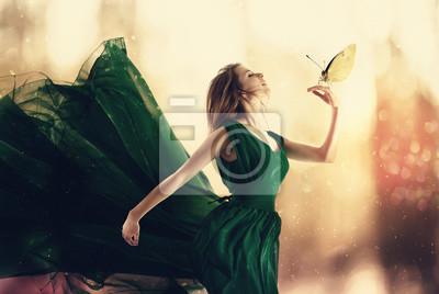 Schöne Frau in einem Kleid mit einem kleinen Schmetterling