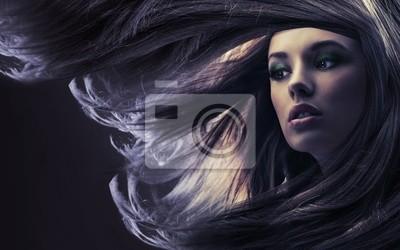 Schöne Frau mit langen braunen Haaren, bei Mondschein