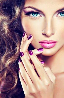 Bild schöne Frau mit lockigen Haaren und lila Maniküre