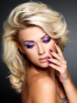 Bild Schöne Frau mit Schönheit lila Maniküre und Make-up der Augen.