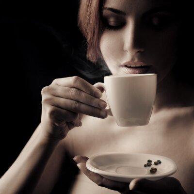 Bild Schöne Frau trinkt Kaffee. Platz für Text