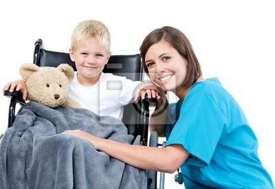 Schöne Frauen Arzt Durchführung entzückender kleiner Junge mit seinem Teddy b