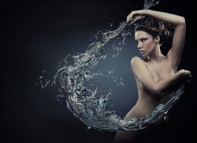 Schöne Frauen über Spritzwasser