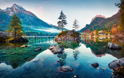 Bild Schöne Herbstszene am Hintersee. Bunte Morgenansicht von bayerischen Alpen auf der österreichischen Grenze, Deutschland, Europa. Schönheit des Naturkonzepthintergrundes.
