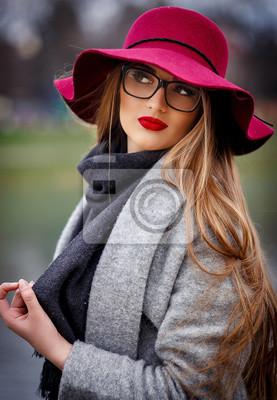 Schöne Junge Braunhaarige Frau Mit Langen Haaren Schöne Make Up