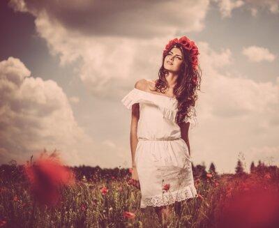 Bild Schöne junge Brünette Mädchen in Mohn eingereicht